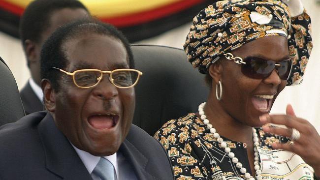 """1 ) Robert Mugabe. 2 ) R. Mugabe et son épouse : un vieux couple """"antiraciste""""."""