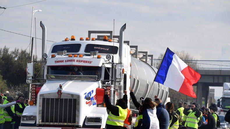 Dans la Somme des «gilets jaunes» remettent aux gendarmes des migrants cachés dans un camion.