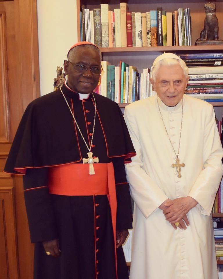 Le cardinal Sarah ezt le pape émérite Benoit XVI.