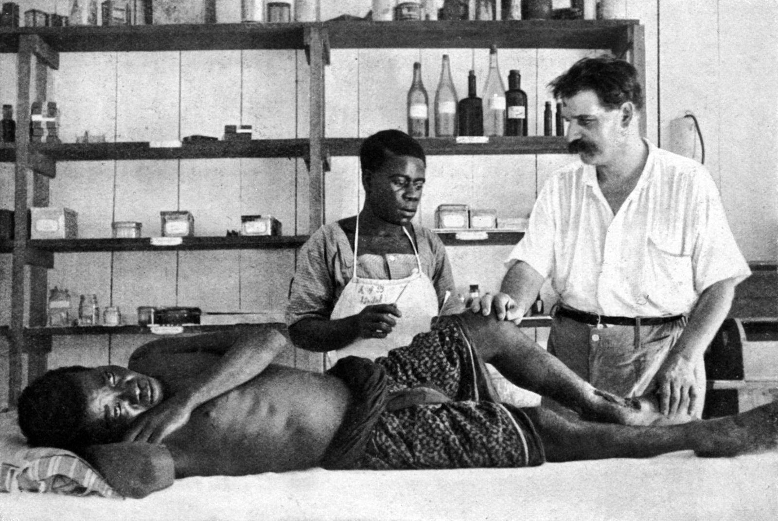 Les deux photos représentent le docteur Schweitzer, médecin français qui consacra sa vie à l'amélioration de la santé des Africains dans les cinquantes premières années du XX ème siècle.