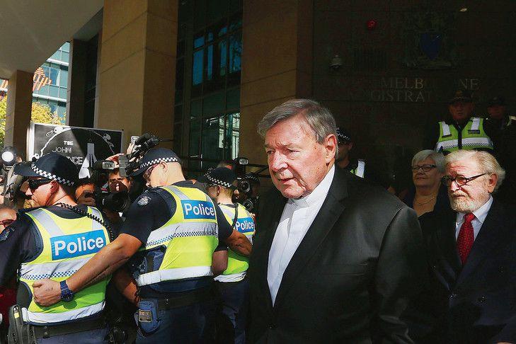 1) Entre deux haies de gardes, et la meute hurlante d'une foule haineuse, le cardinal Pell avent son passga au tribunal de Ponce Pilate. 2) Vincent Hervouet.