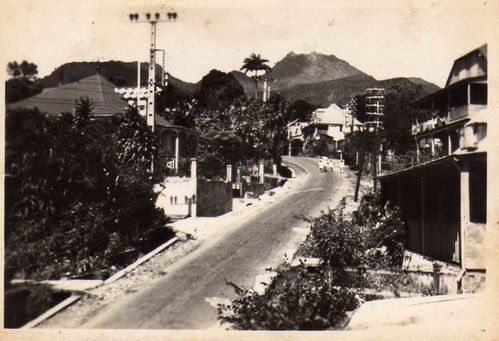 Vue de St-Claude en 1930. Tut en haut : la Soufrière.