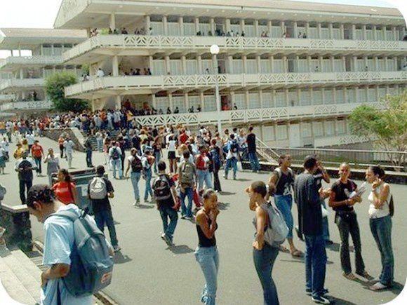1) Au lycée Bellevue. 2 ) Au coeur de l'ancien Lycée Schoelcher.