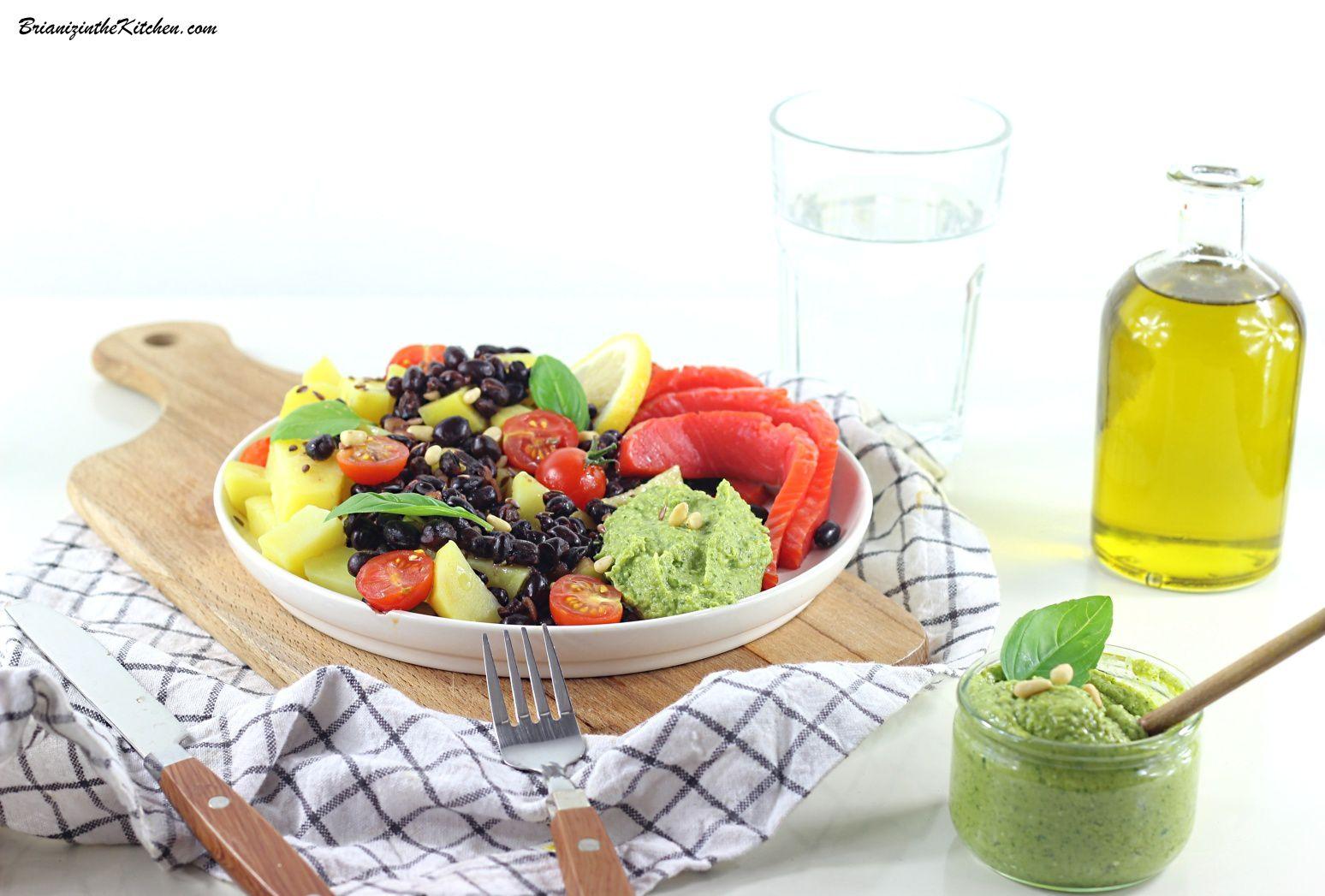 Une salade toute simple comprenant des pommes de terre, des haricots rouges azuki, des tomates cerises, du saumon sauvage...