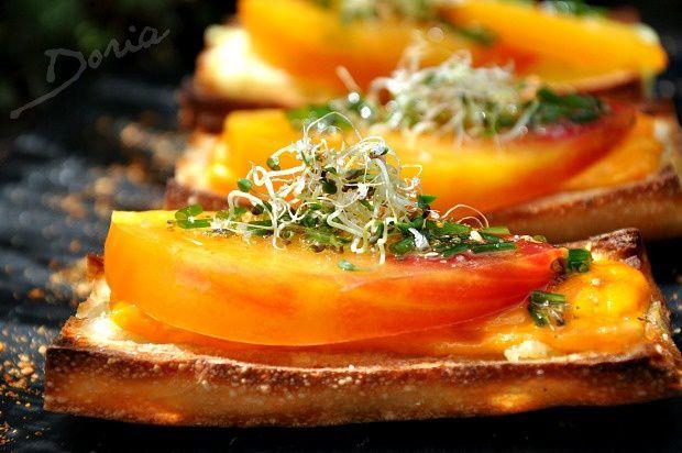 Tartines à la tomate ancienne et Mimolette