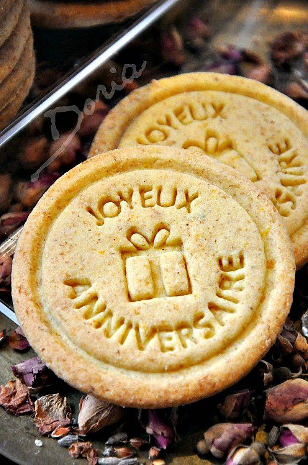 """Biscuits """"Joyeux Anniversaire"""" aux zestes d'oranges"""