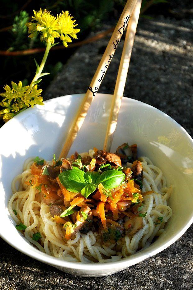Pâtes chinoises au riz et sa garniture aux champignons et carottes