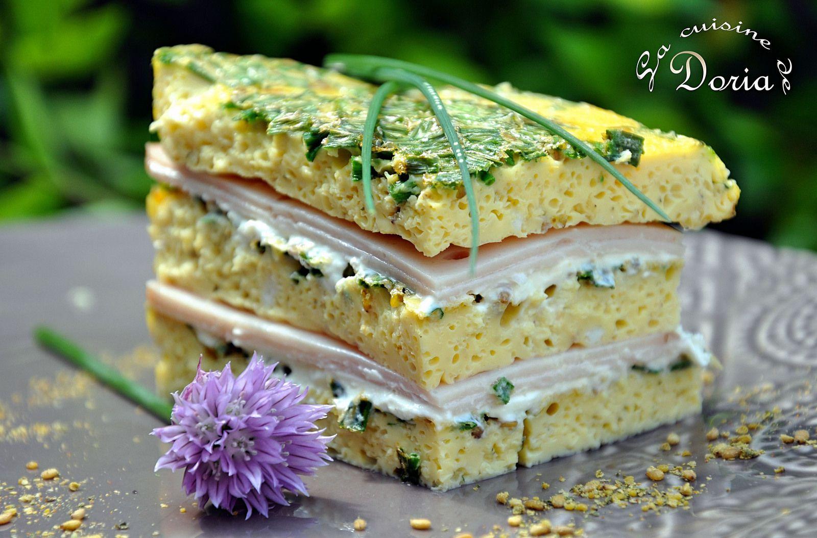 Millefeuille à l'omelette, ciboulette, jambon de poulet et fromage frais