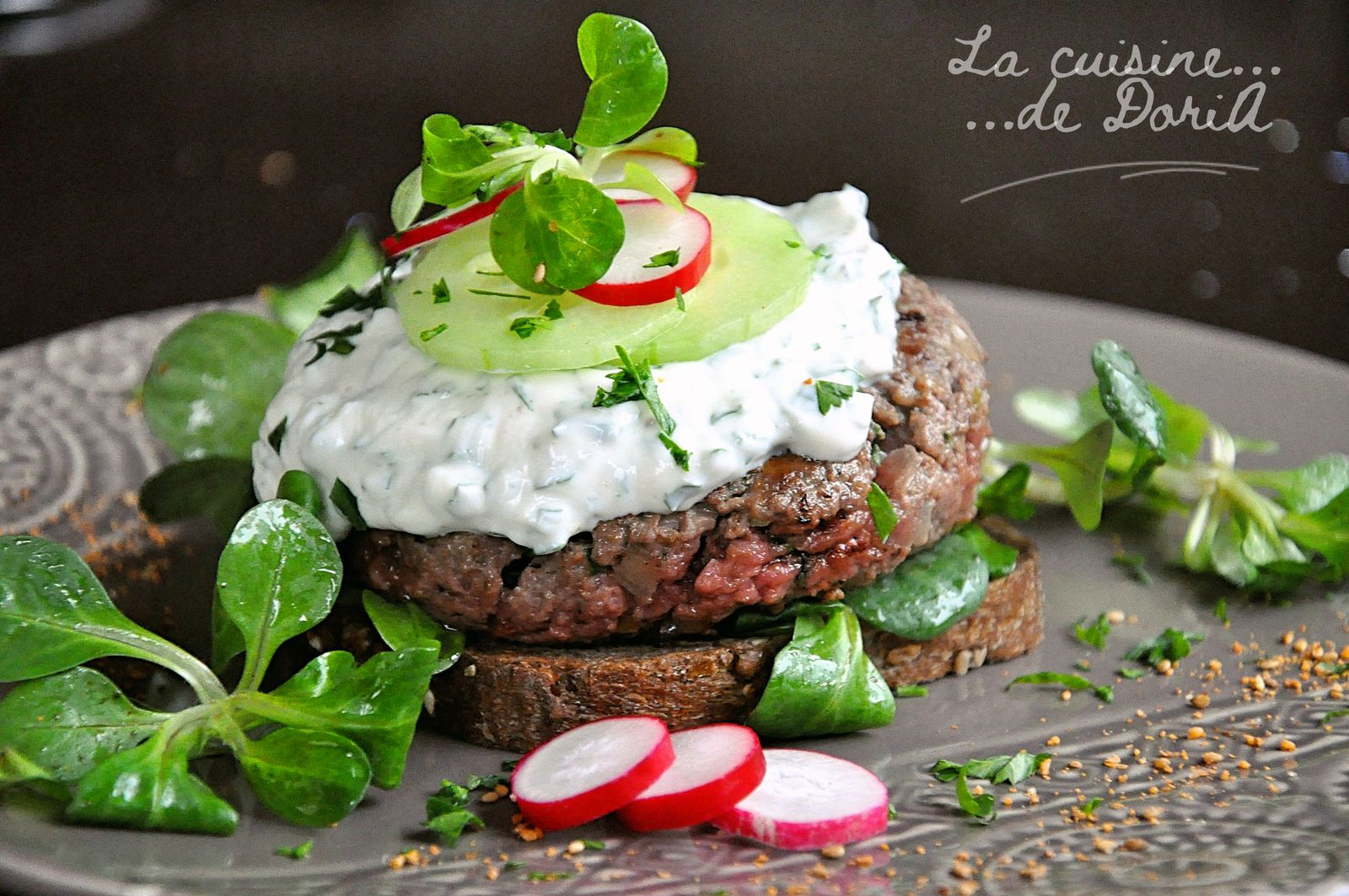 Burgers de boeuf, sauce fromage blanc et persil