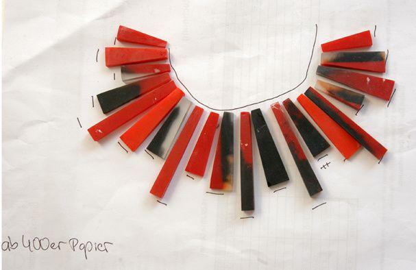 Trapezförmige Keile aus Giessharz in Rot-Tönen und Schwarz