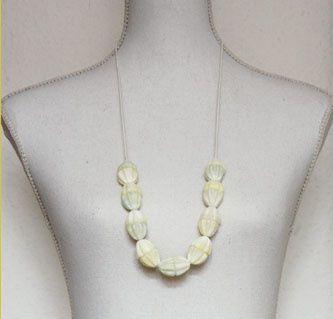 Lakritzhütchen-Perlen auf Lederschnur.