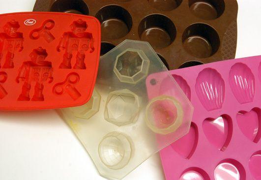 Silikonformauswahl: Rot - Robotereiswürfel, Braun - Muffin, Farblos - Kugel-Eiswürfel, Pink - Mini-Kuchen.