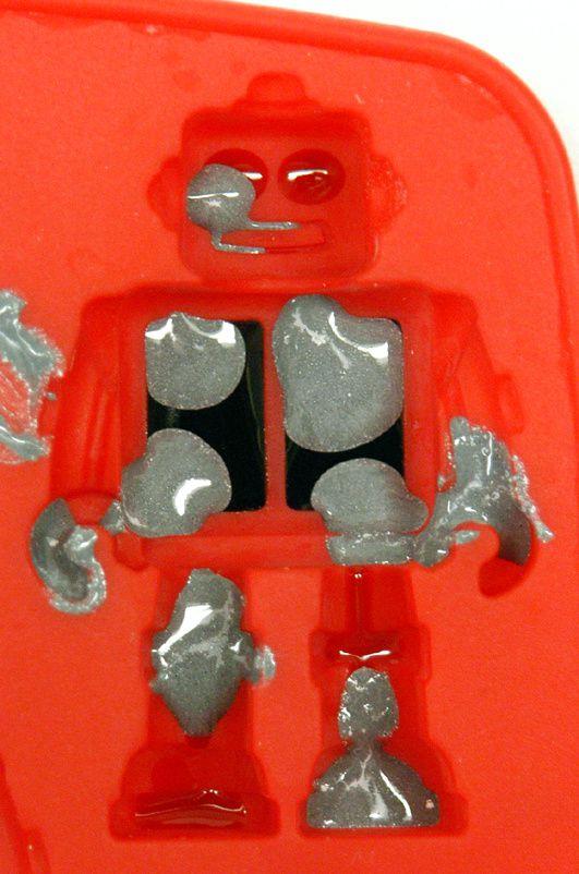 """Beim Robo wurden die ersten zwei Farb-Durchgänge rot und schwarz ausgehärtet. Danach wurde nass-in-nass mit grauem, beigem und farblosem Harz gearbeitet, um einen """"Used-Look"""" zu erzielen."""