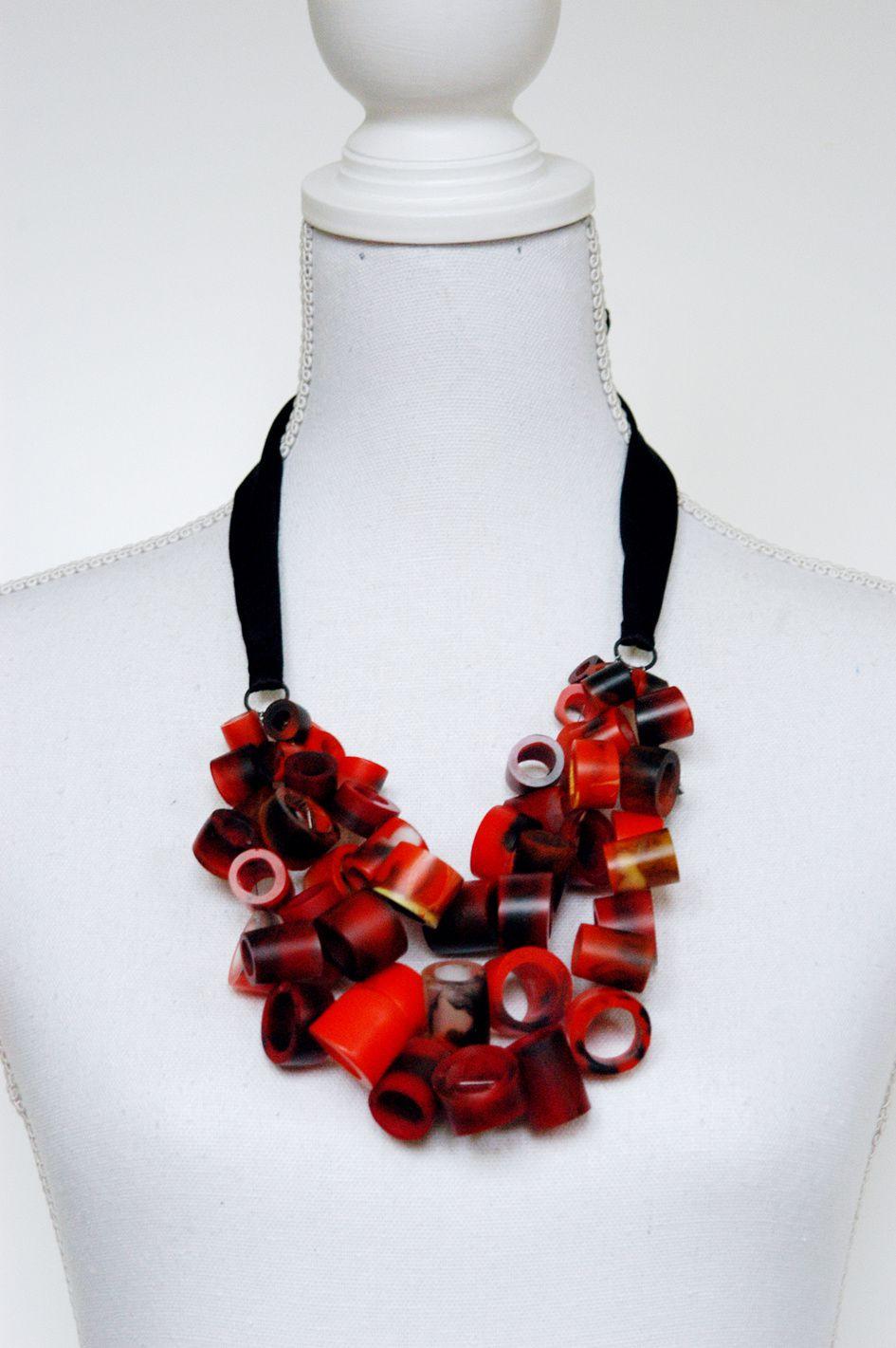 Fertig: Halsschmuck aus roten, rohrchenförmigen Harzperlen. Oben die alte, darunter die neue Version.