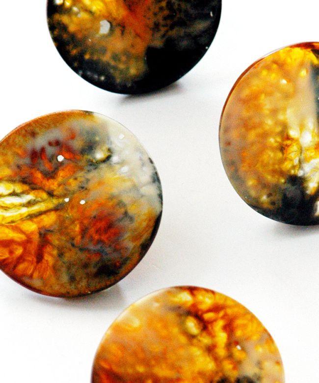 Kurze Kette: marmorierte Taler aus Harz