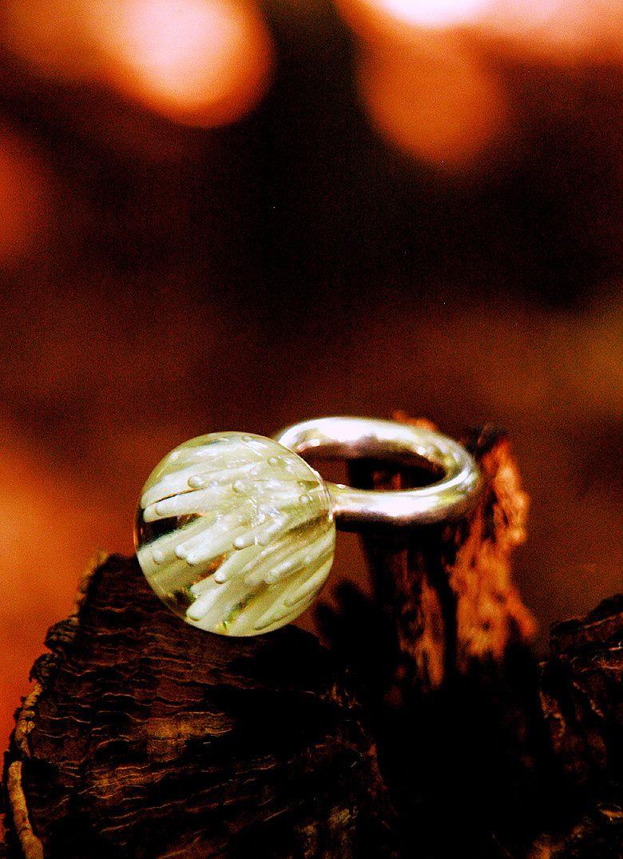 Kugelring aus Giessharz mit stabiler Silberfassung