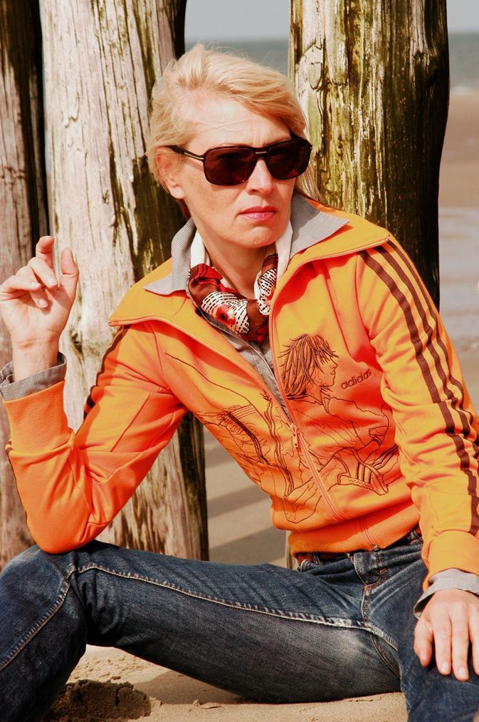 Jeans: H & M, Ledermantel: More & More,Trainingsjacke: Adidas, Bluse: Van Laack, Stiefel: Buffalo Biker Booties, Tuch: Edna Mo, Flechtgürtel: Flohmarkt.