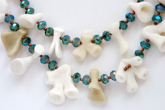 WePAM-Perlen (handmodelliert) und facettierte Glasperlen ergeben diese außergewöhnliche Wasserfall-Kette.