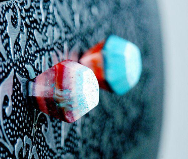 Farbige Griffe, aus Giessharz handgefertigt, bilden zur dunklen Kommode einen schönen Kontrast.