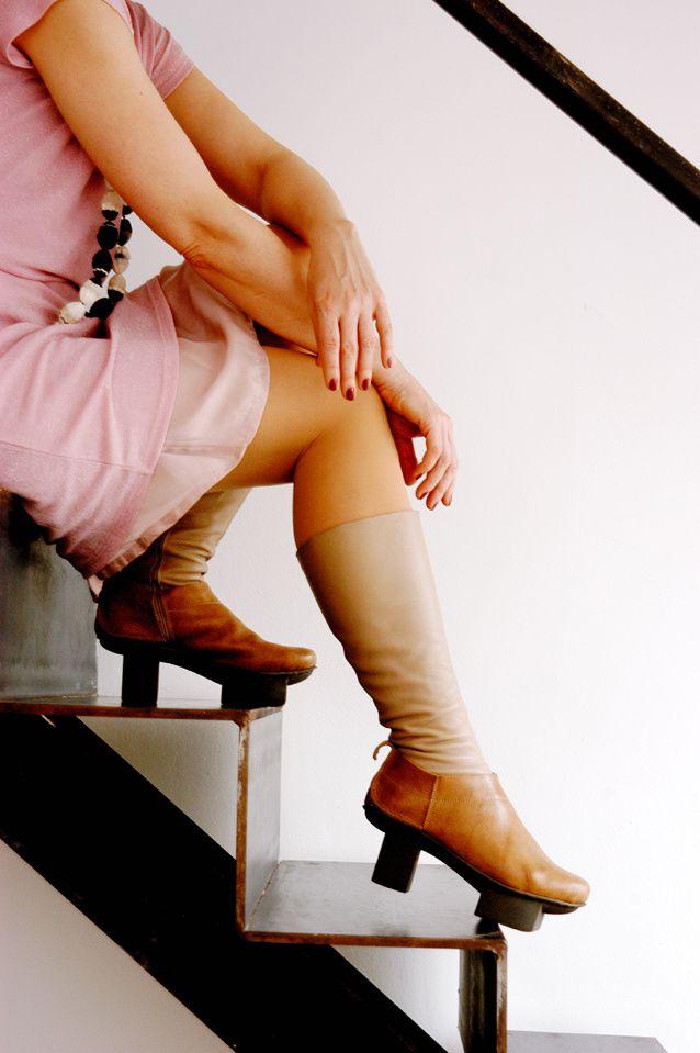Kleid: Zeemann. Gürtel: Sozialkaufhaus. Stiefel: Trippen Modell Happy, Perlenkette mit Harz-Repliken von Lakritzbonbons: Edna Mo.
