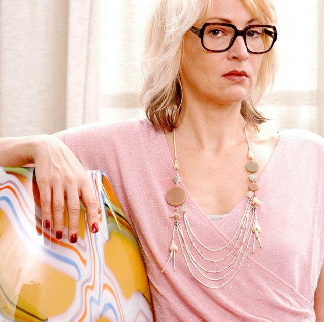 Kleid: Zeemann. Asymetrisches Unterkleid und Kette: Edna Mo. Location: Burns Art & Culture Düsseldorf