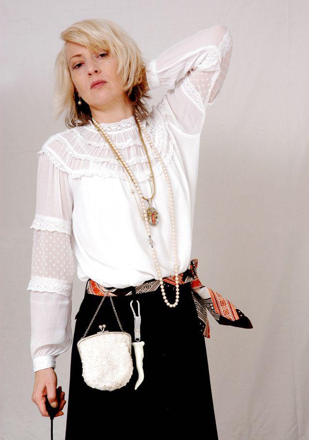 Bluse: Zara, Rock: Maison Martin Margiela für H& M. Gürteltasche, Perlenkette und Bindegürtel: Flohmarkt, silbergefasster Anhänger und Horn-Replik: Edna Mo