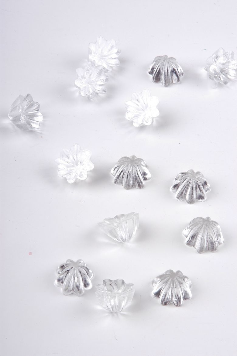 Handgemachte Perlen aus klarem Harz werden mit den Metallstäben zusammen konfektioniert