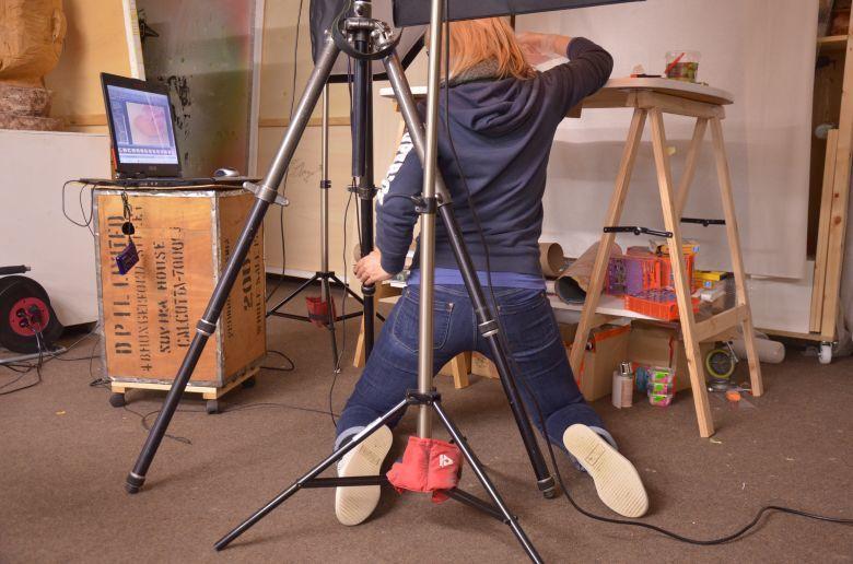 Einrichten des Stativs und so sieht das aus, wenn man sich selbst für ein Bastelbuch fotografiert.