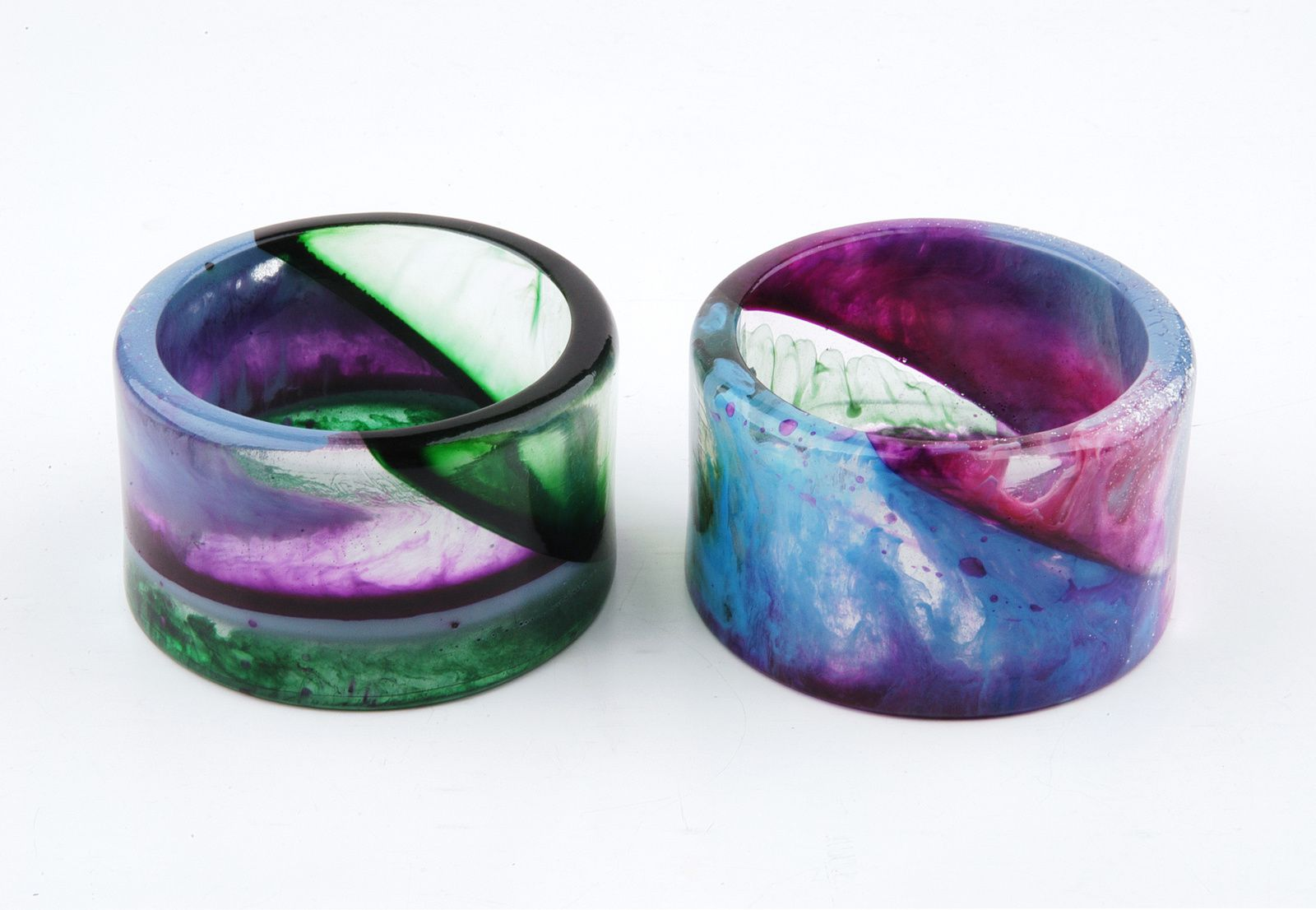 Comparison of the resin bangles: left bangle no. 1, on the right bangle no. 2