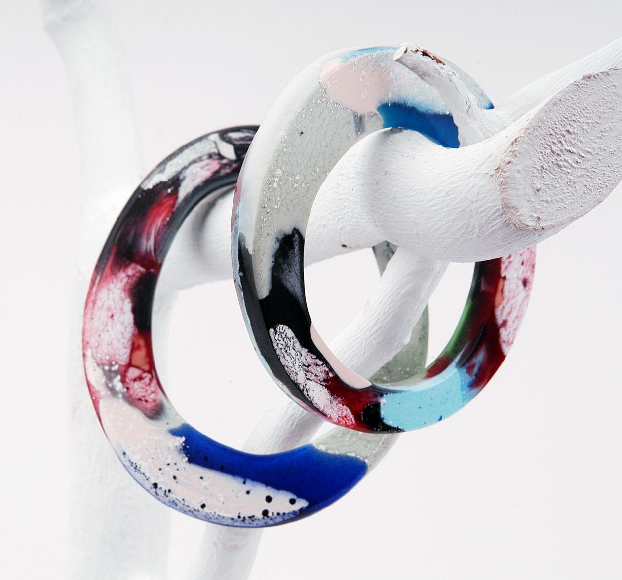 Gleiche Form, aber mit opaken Farben in Flecken gearbeitetes Armreifen-Set aus Harz von Edna Mo.