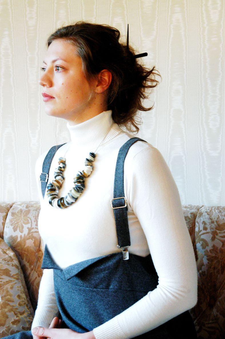 An Model: Kunstharzcollier aus Wulstperlen