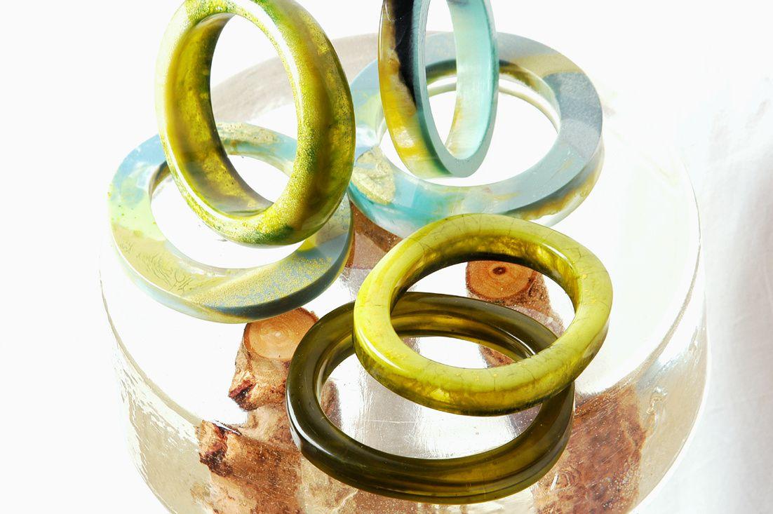 Grüne Amreifen aus Kunstharz von Edna Mo.