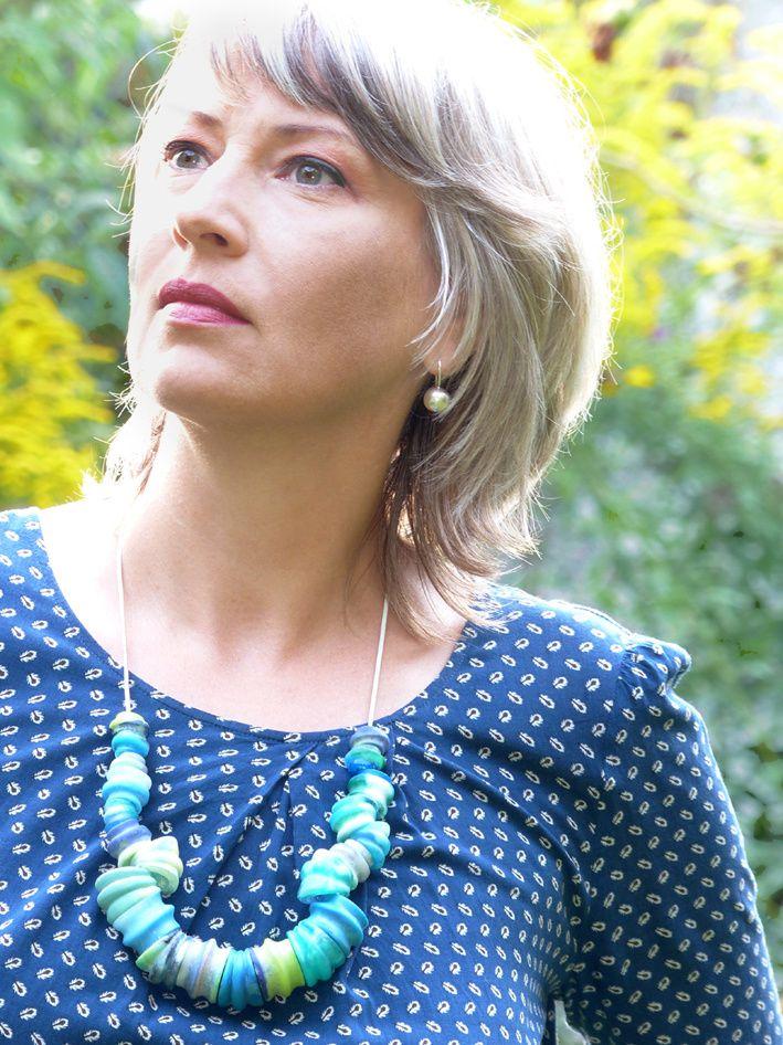 Edna Mo trägt Kunstharz-Perlen und resümiert