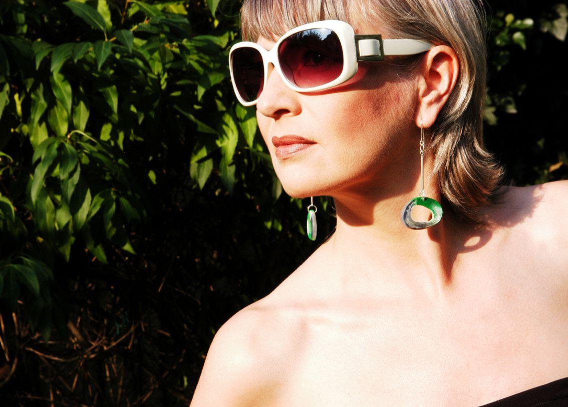 Letzte Sonnenstrahlen und grüner Ohrschmuck