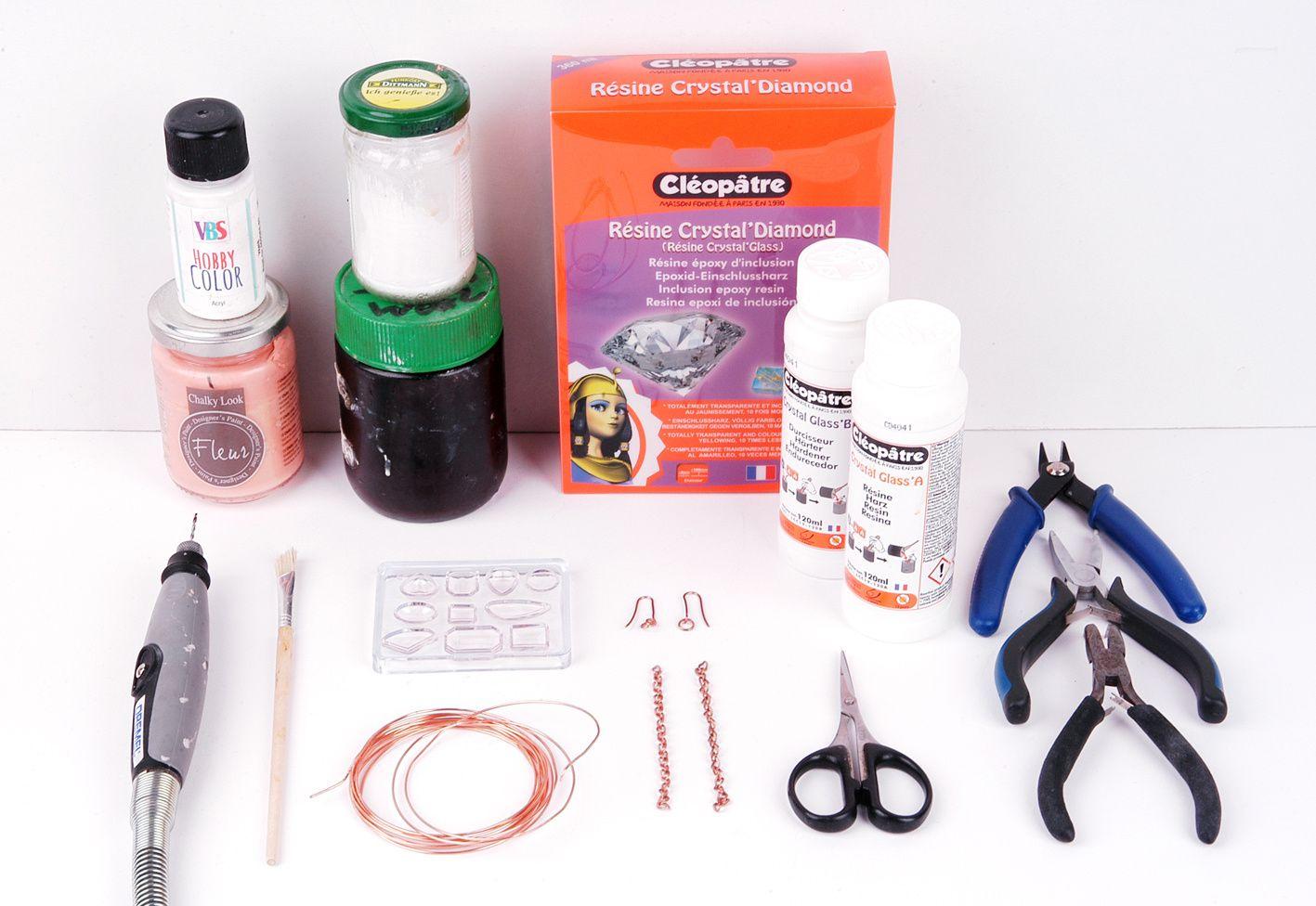 Materialbedarf für die DIY-Ohrringe mit Kusntharz-Schmucksteinen.