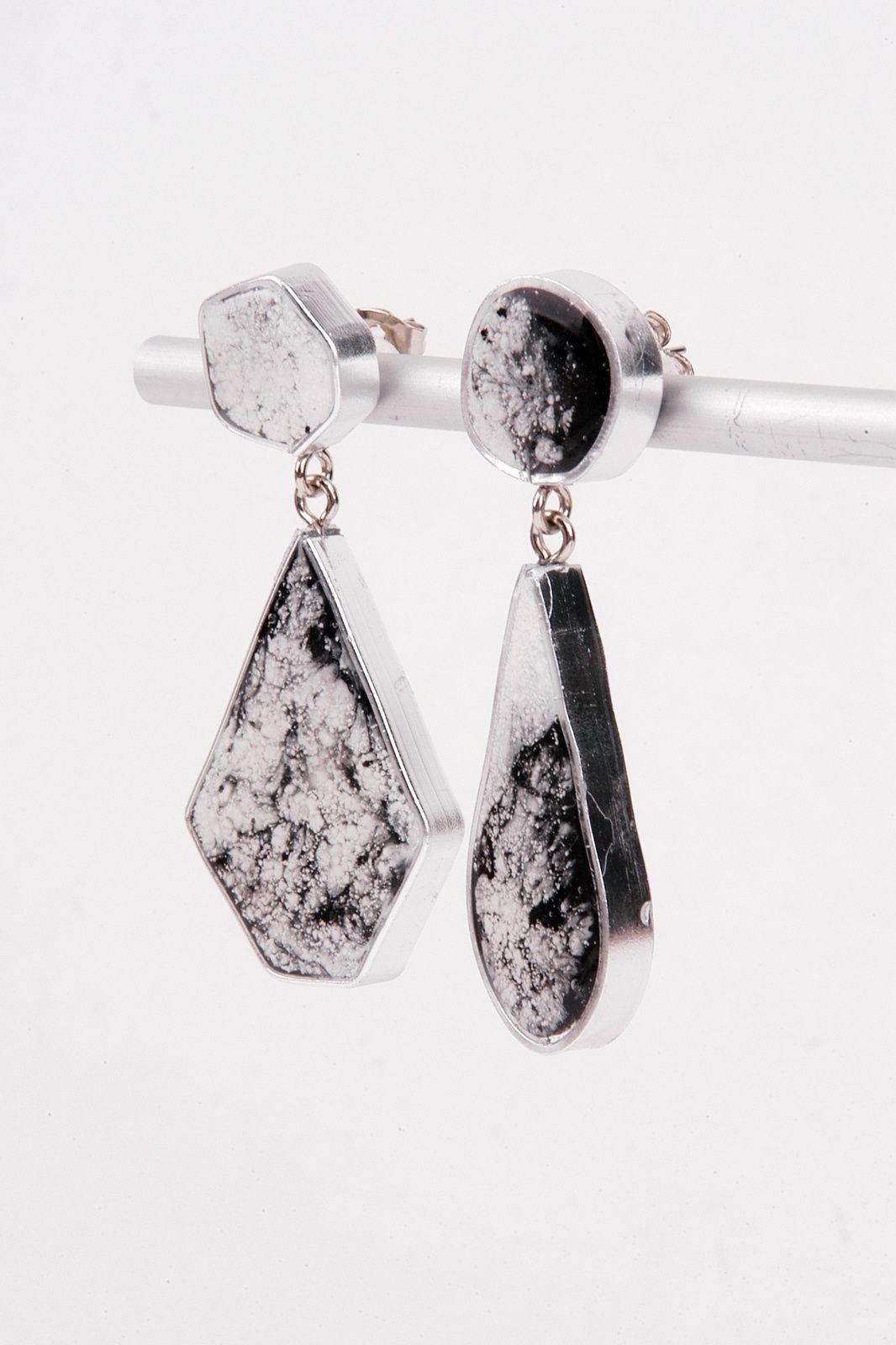 DIY-Ohrringe, die ohne Silikonform mit Aluminiumdraht, Klebeband und Kunstharz hergesetllt werden.
