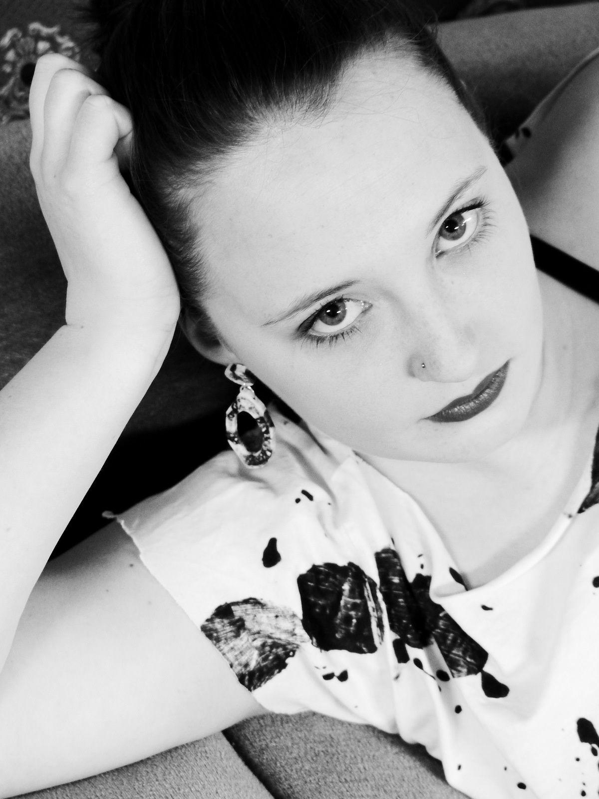 Leonie trägt: small black'n'white resin Loops
