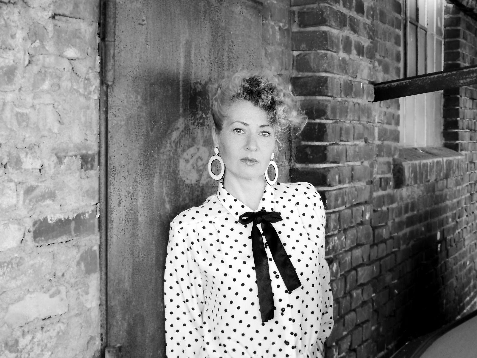 Handgefertigte schwarz-weiße Ohrringe aus Draht und Resin von Edna Mo.
