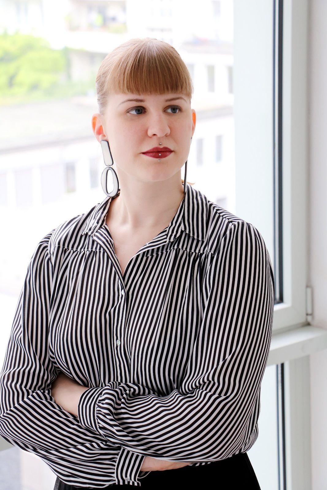 Carolin trägt: schwarz-weiße Statement-Ohrringe
