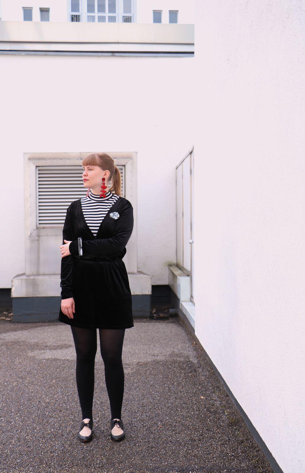 Carolin trägt: rote Statement Ohrringe