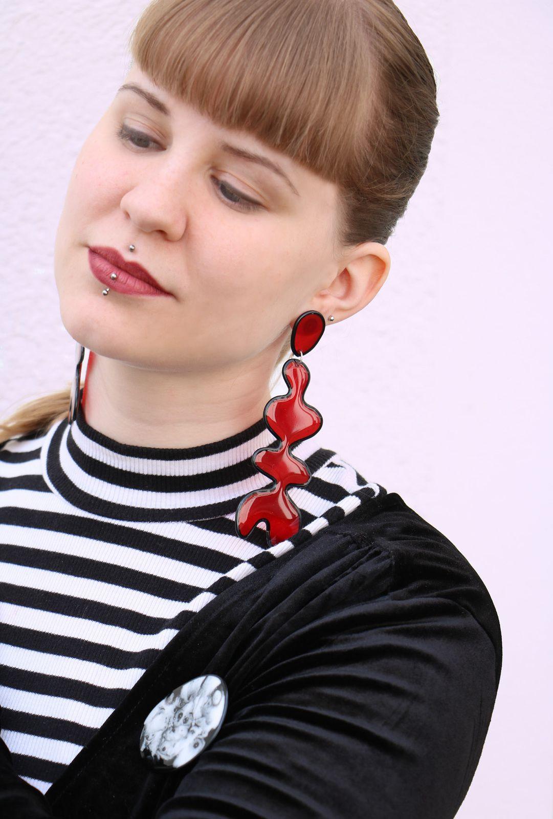Großflächige Ohrringe im Pop-Art-Stil aus Kunstharz und Draht von Edna Mo.