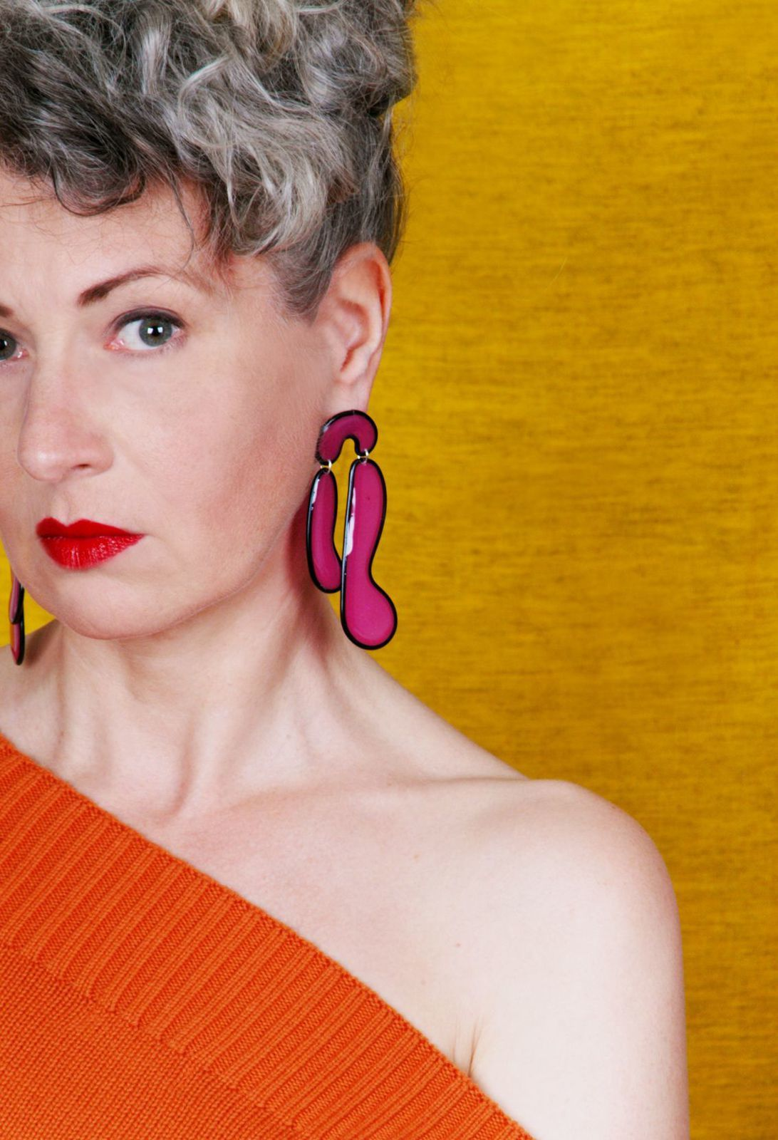 Lila Statement Ohrringe aus Kunstharz