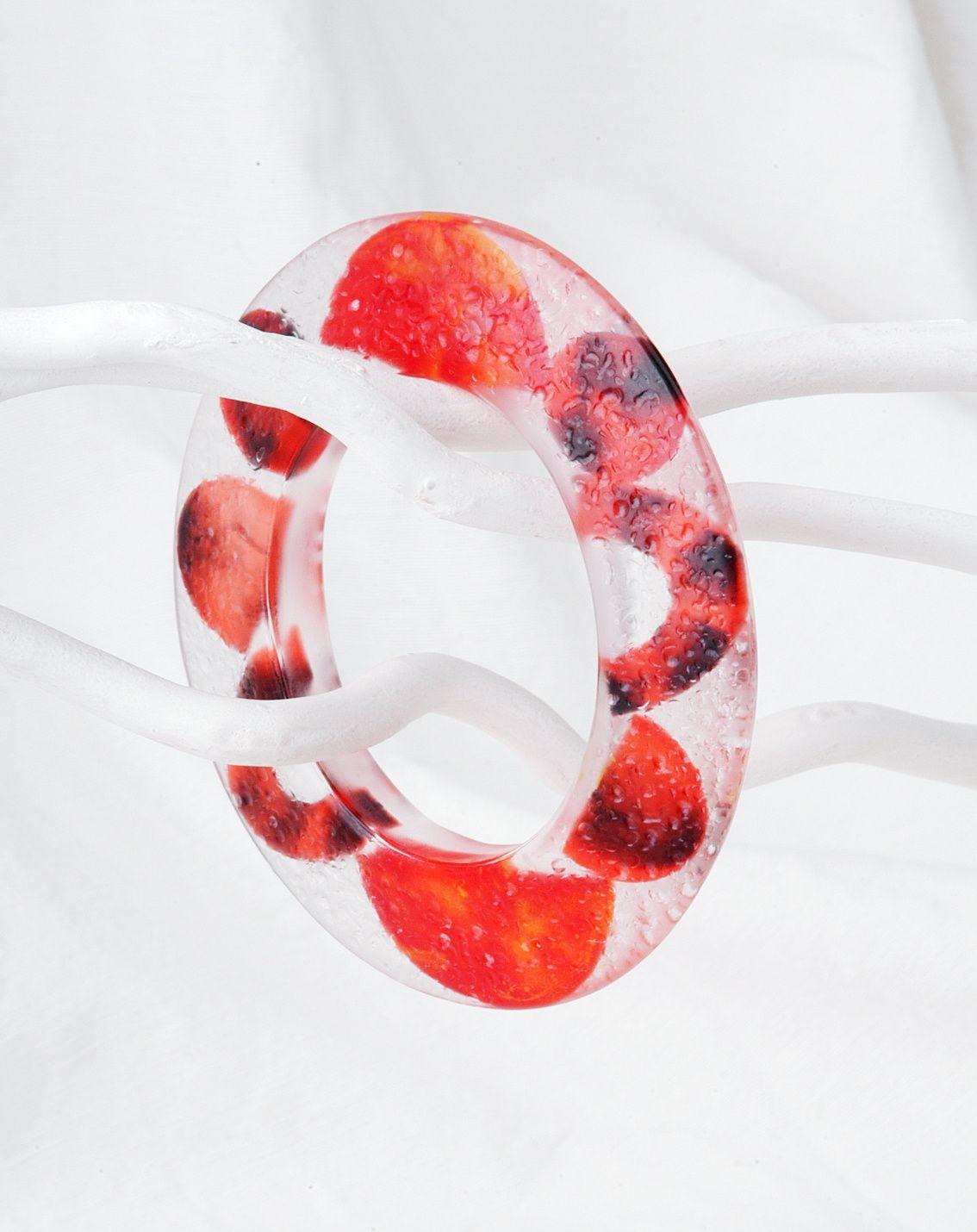 Transparenter Armreif mit rotem Muster aus Kusntharz von Edna Mo
