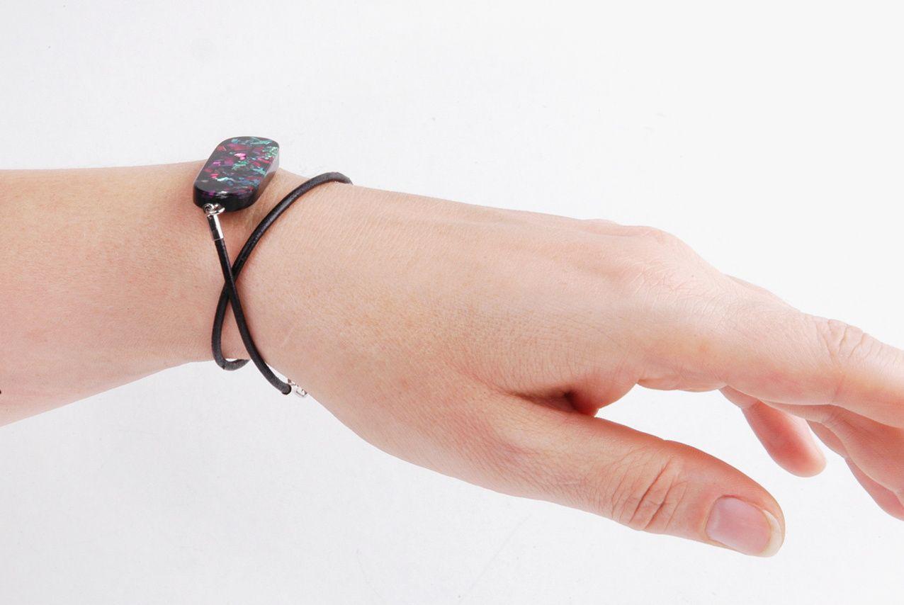 Handgefertigter Glitzer-Armbandstein aus Kunstharz von Edna Mo