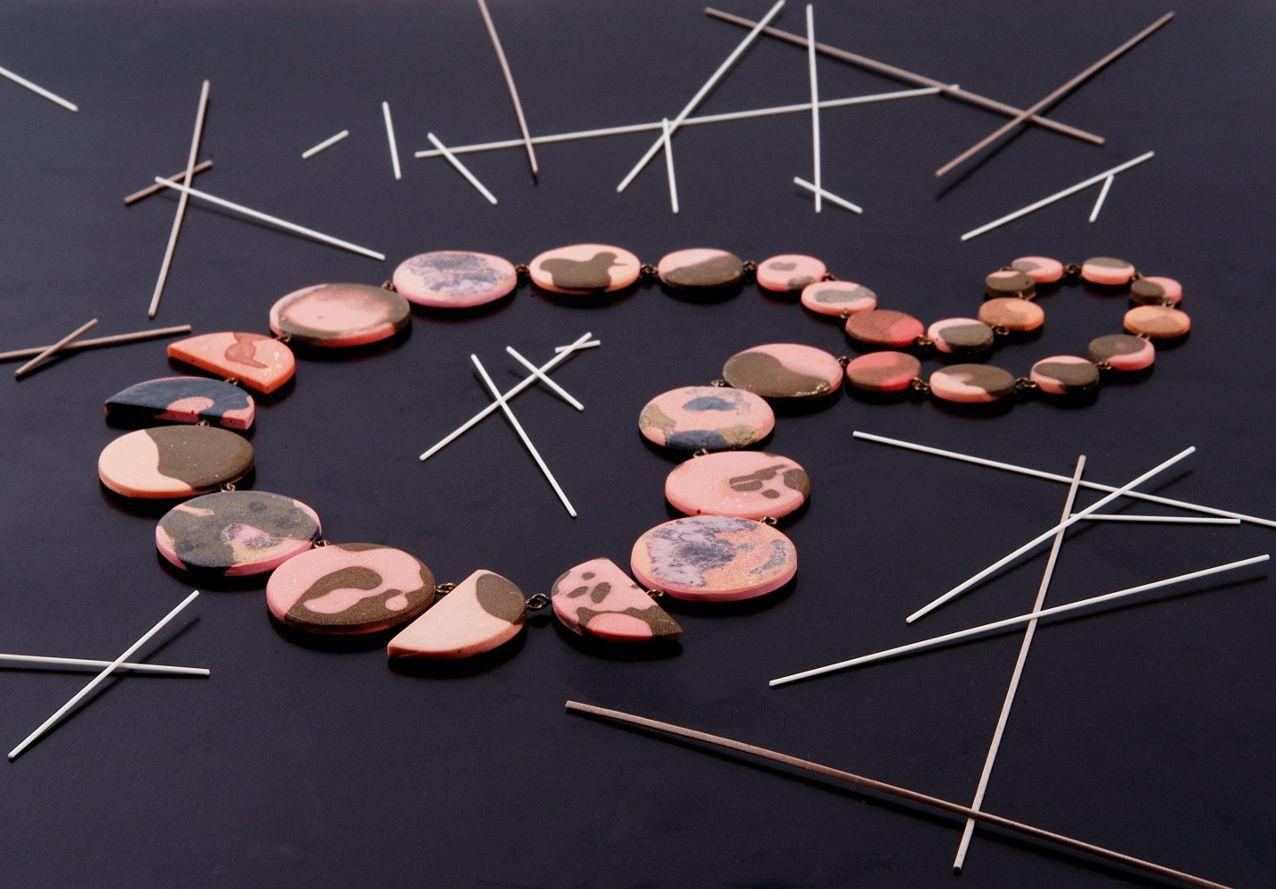 Rosé-braun gefleckte Talerkette aus Giessharz, erhältlich über ednamo.etsy.com