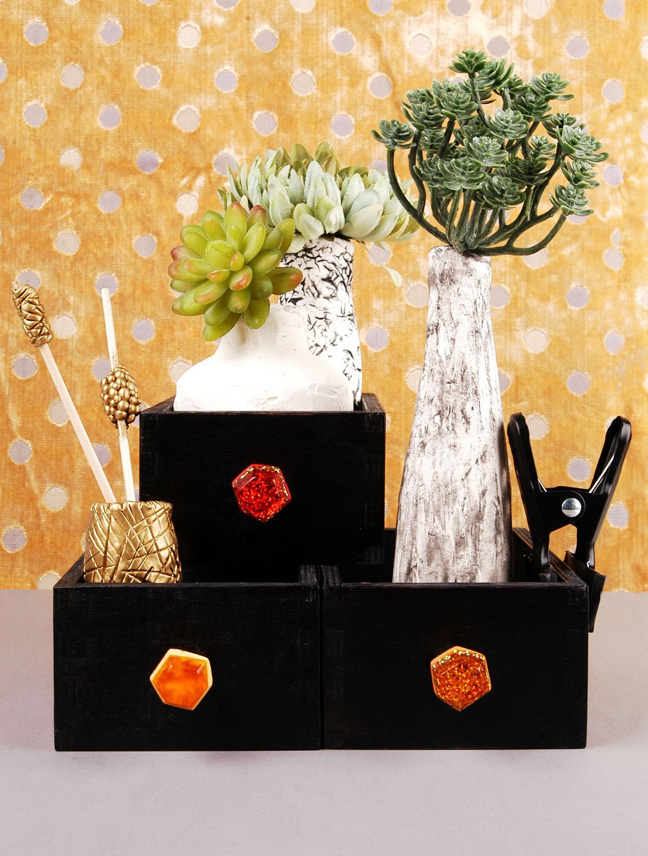 Deko-Idee statt Tablett: kleine Schubladen mit pfiffigen Möbelknöpfen ausrüsten und stapeln!