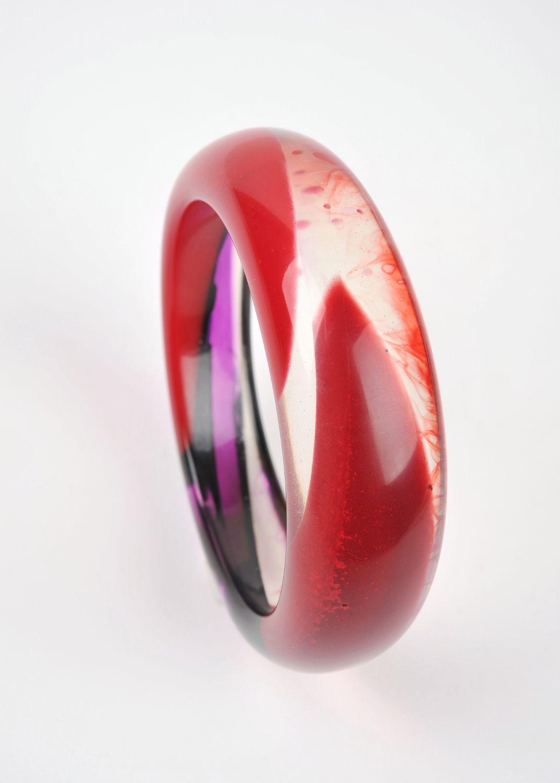 Kunstharz-Armreif, halbtransparent, in Rot und Lila von Edna Mo.