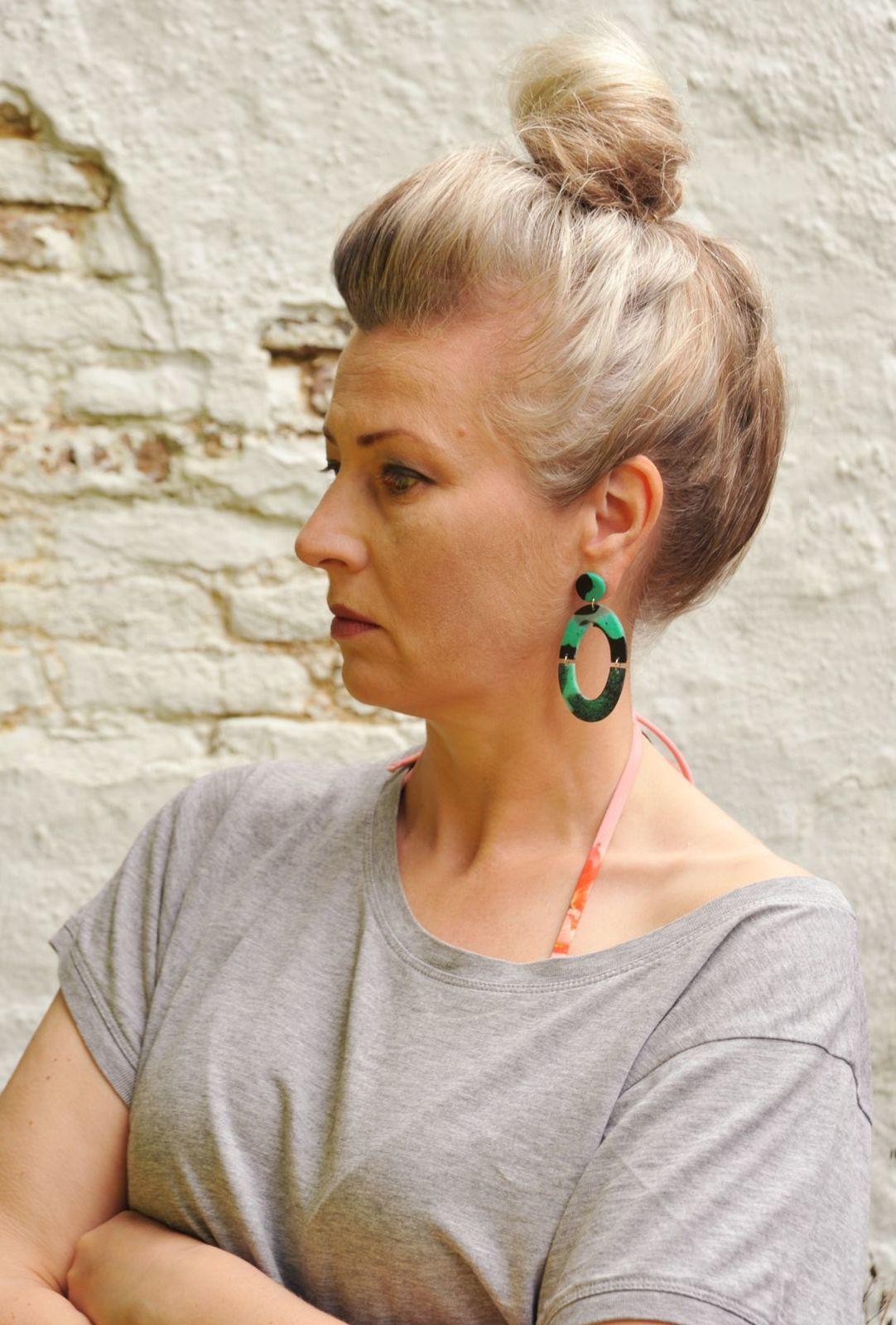 Leben mit Handicap 2 und grünschwarz gefleckte Resin-Loop-Ohrringe
