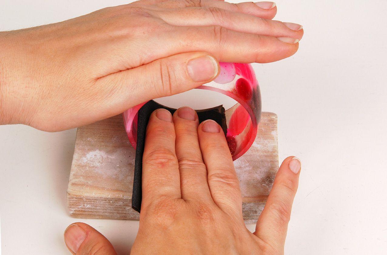 Oben halten, unten abspreizen und das Schleifpapier rotieren lassen.