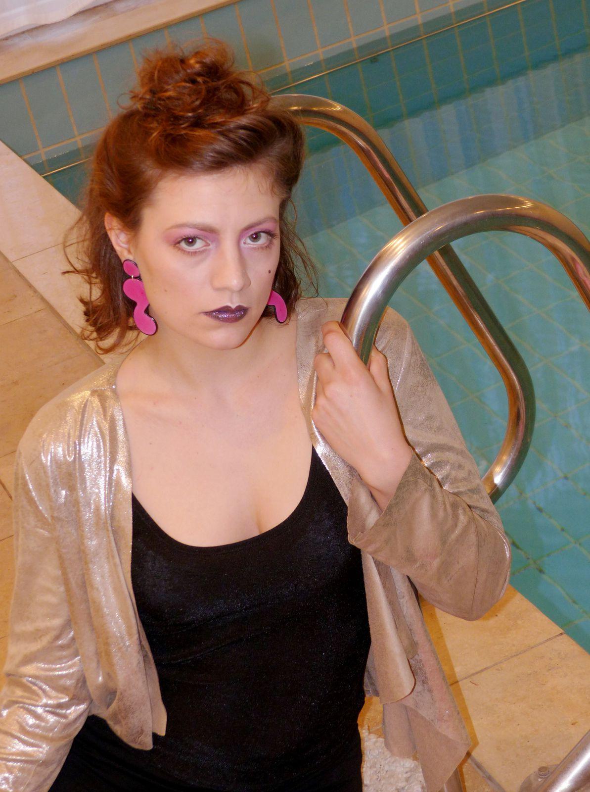 Miss Poolnudel trägt Resin-Ohrringe in Pink